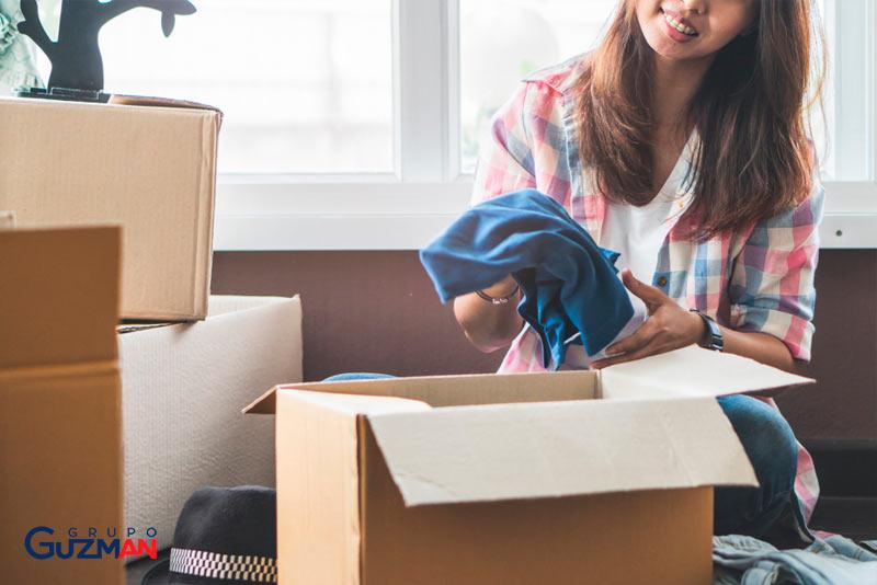 Empaquetar ropa mudanza